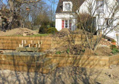 Jardidéal PAYSAGISTE Nantes 44 : réalisation d'une retenue de terre en bastaing (bois)