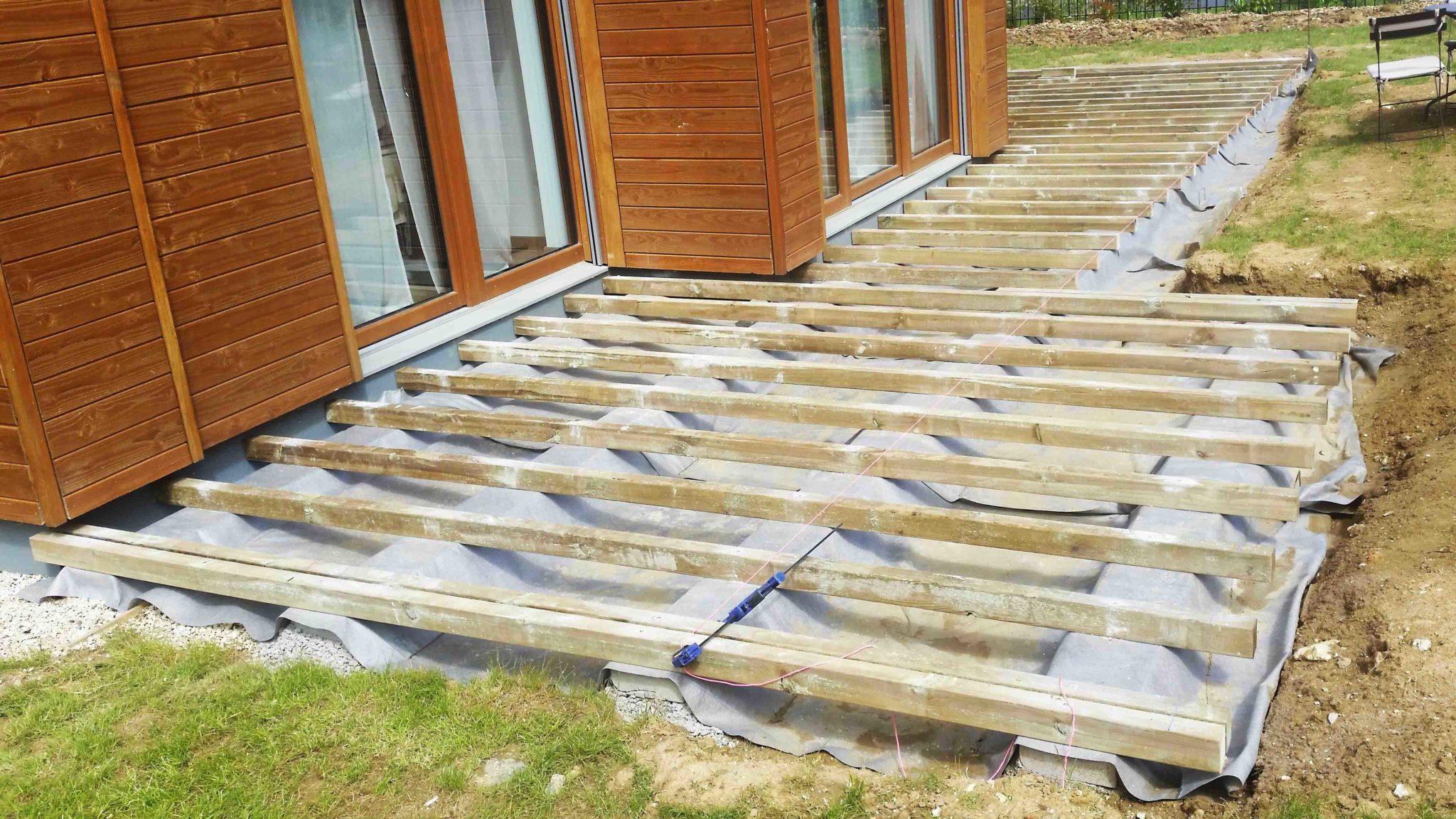 Terrassse en bois, structure sur bordure béton