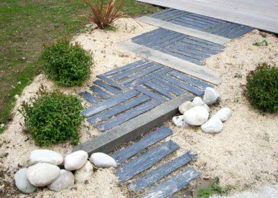 Jardidéal PAYSAGISTE, aménagement de jardin à Nantes et Saint Nazaire : entrée de maison en ardoise et bois