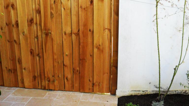 Pose de panneaux en bois extérieurs nymphea et dalle calcaire alambra à Nantes 44