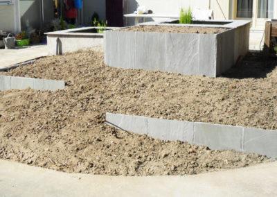 Jardidéal PAYSAGISTE Nantes 44 : réalisation d'une retenue de terre en palis de grès gris (Pierre)