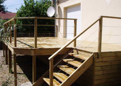 Jardidéal PAYSAGISTE Nantes 44 , réalisation d'une terrasse en bois sur pilotis et garde corps en câbles en inox