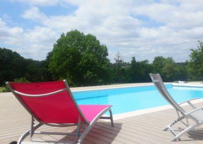 Jardidéal PAYSAGISTE Nantes 44 , réalisation d'une terrasse composite au bord d'une piscine