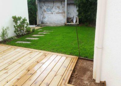 Jardidéal PAYSAGISTE Nantes 44 , réalisation d'une terrasse en pin, de pas japonais et pose de gazon