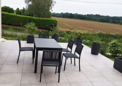 Aménagement Terrasse en grés cérame sur plots à Nantes 44 par jardideal Paysagiste